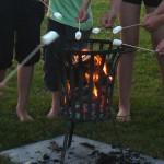Gezellig marshmallows roosteren boven het vuur op minicamping Falkenborg